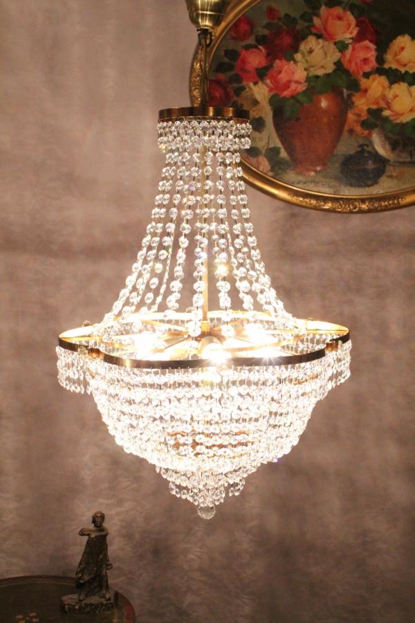 aristokratisch-weirkender-kronleuchter-aus-kristall-ein schönes bild