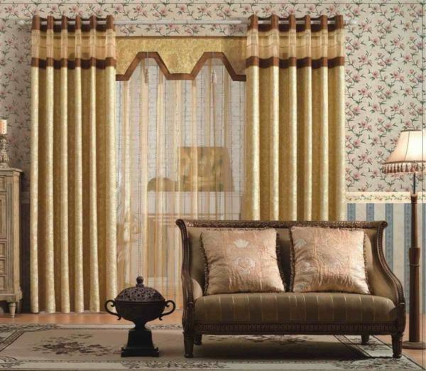 aristokratisch-wirkende-schlafzimmer gardinen-kleines sofa und dekokissen