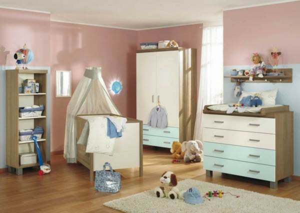 babyzimmer-gestalten-wände-rosige-nuancen-gardinen