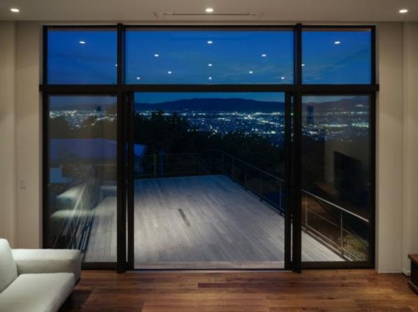 balkon-aus-holz-luxuriös- wand aus glas und schöner blick