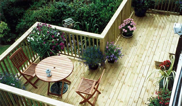 balkon-aus-holz-modern-gestaltet-grüne pflanzen