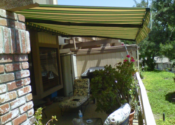 balkon-mit-sonnensegel-für-terrasse- sehr schön wirkend