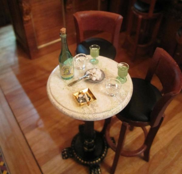 bartisch-mit-stühlen-runde-form- holzboden