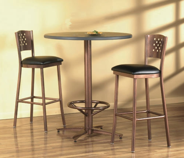 bartisch-mit-zwei-stühlen- beige wand