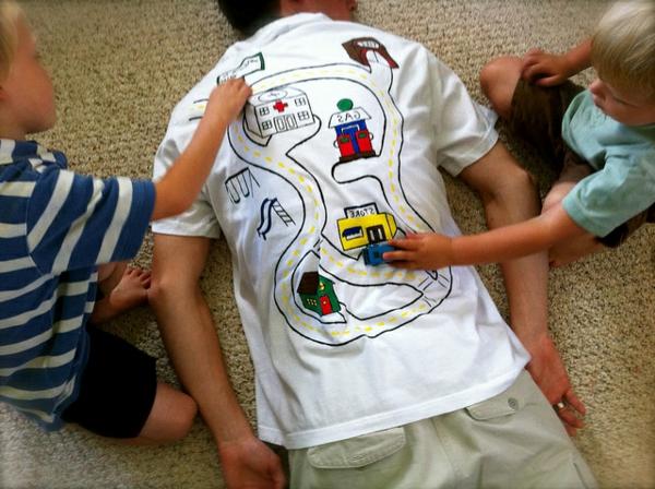 bastelideen-zum-vatertag- ein t-shirt mit interessanter bemalung