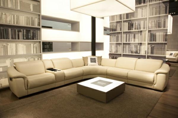 beige-sofa-heimkino- regale mit büchern