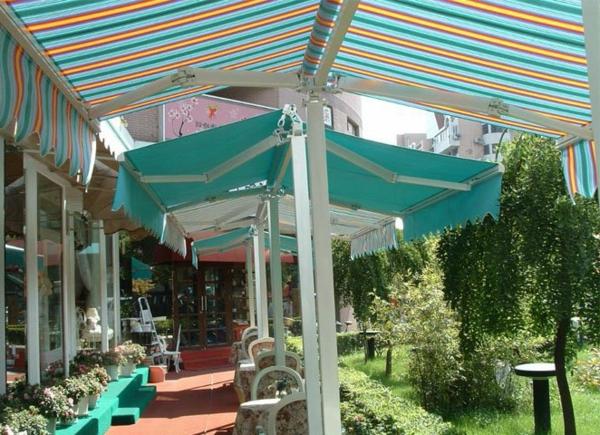 blaues-sonnensegel-für-terrasse-kreative idee