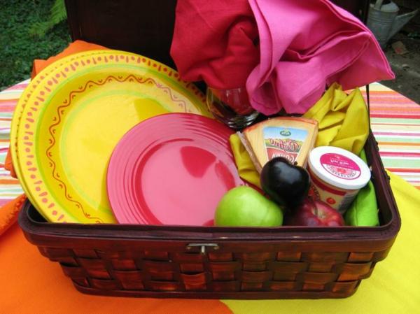 bunte-sachen-im-picknick-korb-obst und käse reinbringen