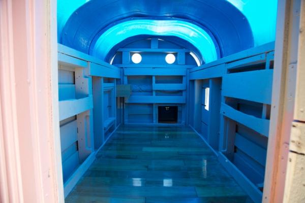 containerhaus-bauen-müll-verwenden-interessantes blaues licht
