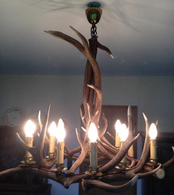 deko-geweih--kronleuchter-mit-glühbirnen