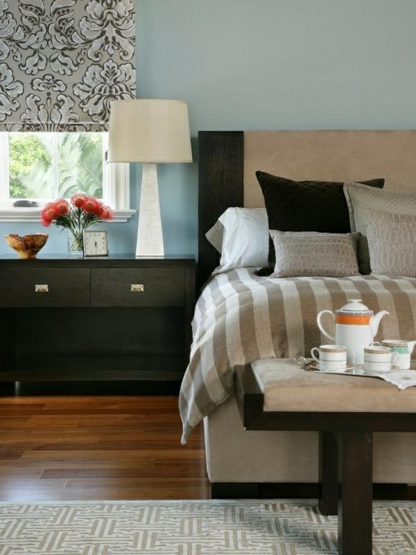 dekoideen-schlafzimmer-männer-dekokissen und eine lampe in weiß