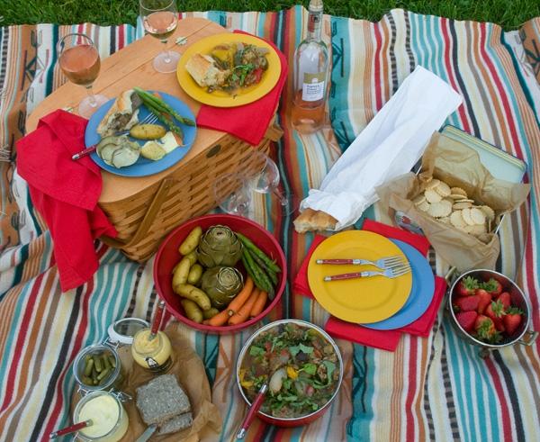 den-picknick-koffer-packen-fanzösische-gestaltung-lecker essen