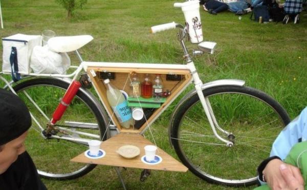 den-picknick-koffer-packen-und-das-fahrrad-nehmen-eigenartiges modell