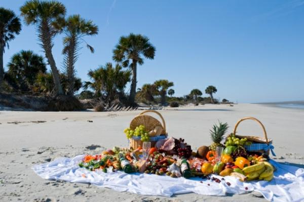 den-picknick-koffer-packen-und-zum-strand-gehen- obst auf der decke