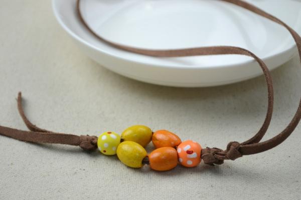 diy-kette-für-mama-selber-machen- elemente in orange und gelb