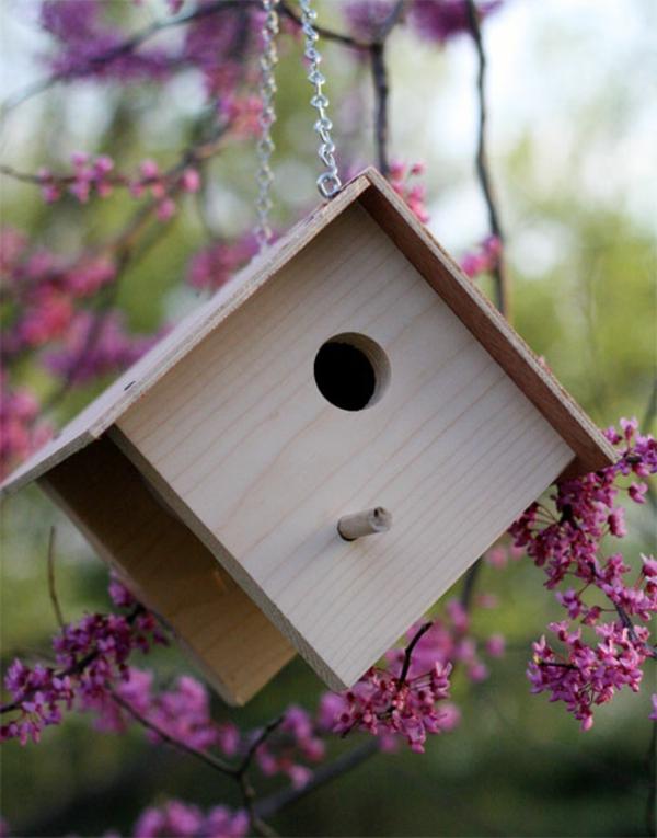 diy-schönes-vogelhaus- schöne blümchen dahinter