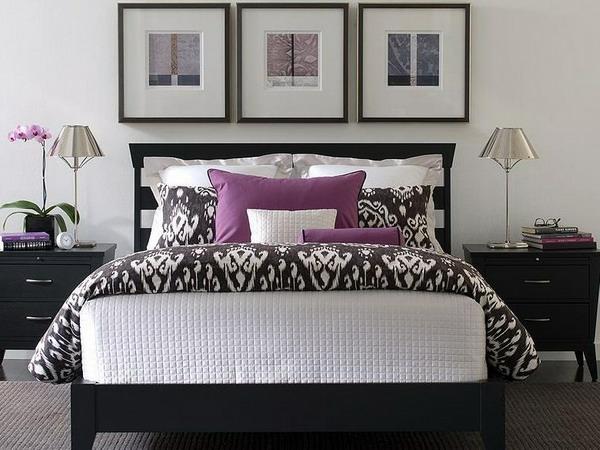 drei-bilder-an-der-wand-und-ein-schönes-bett-im-schlafzimmer-zwei lampen