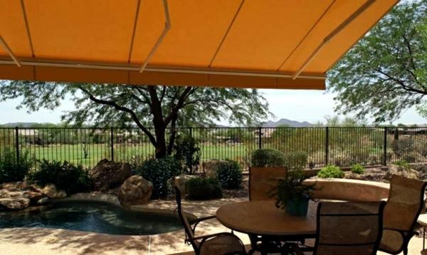 ein-balkon-mit-sonnensegel-für-terrasse