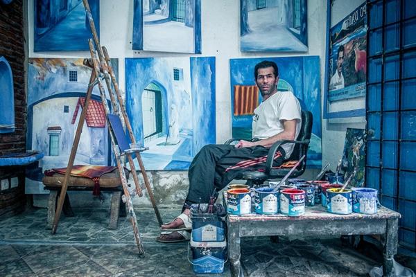 ein-mann-alte-stadt-in-morocco-blaue-farbe