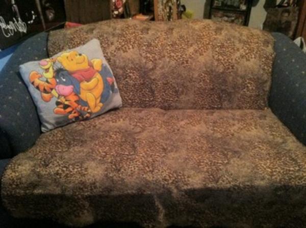 ein-sofa-mit-einem-winnie-pooh-kissen-gemütlich wirken