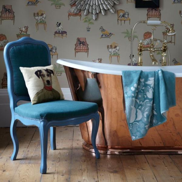 ein-wunderschönes-beispiel-für-nostalgische-bäder-blauer stuhl und dekokissen
