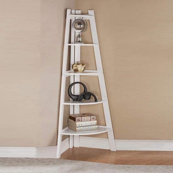eine-weiße-treppe-in-eckregal-verwandeln- und mit interessanten sachen dekorieren