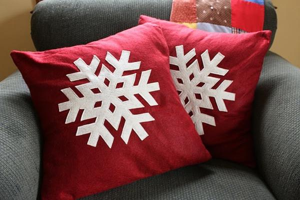 einfache-weihnachtsbastelideen-schneeflocken auf dekokissen