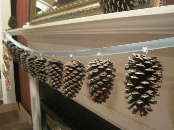 einfache-weohnachtsdeko-selber-machen-hängende zapfen über dem kamin