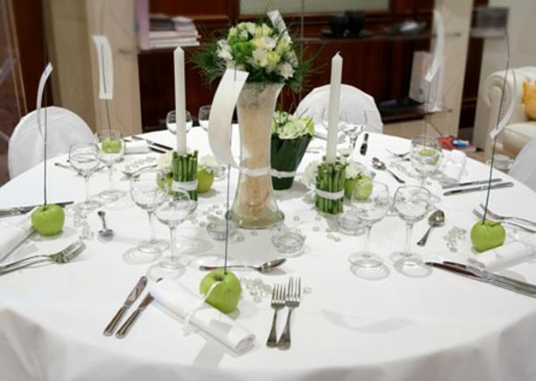 Grüne Apfel, lange Kerzen und weiße Blumen – die perfekte ...