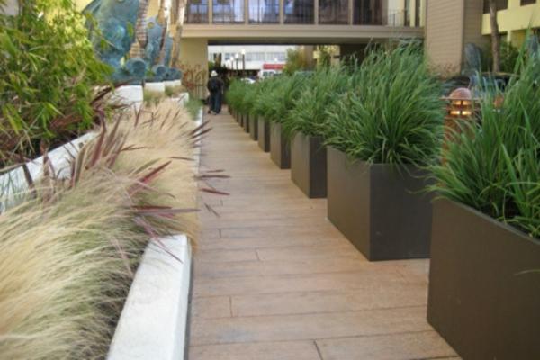 einmalige-idee-für-pflanzgefäße-im-garten-coole idee-wunderschön wirkend