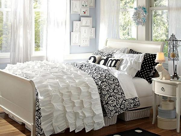 elegante-bettwäsche-in-schwarz-und-weiß- viele kissen