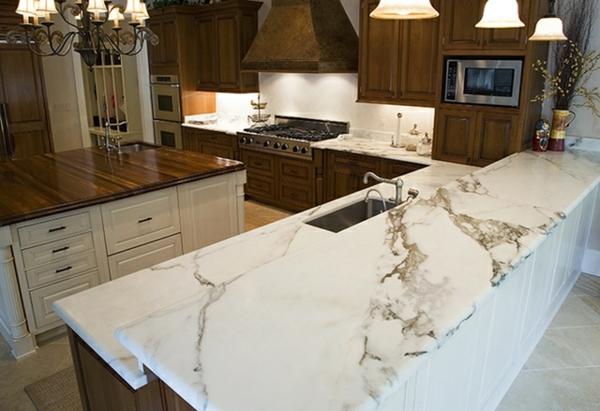 elegante-gestaltung-arbeitsplatte-aus-naturstein-für-die-küche-viele lampen