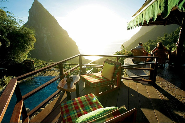 elegante-hölzerne-terrasse- blick aufs gebirge