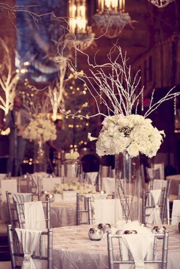 elegante-hochzeitsdekoration-für-tisch- blumen in weiß