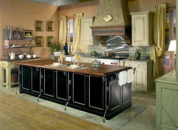 elegante-landhausküche-im-französischen-stil-schwarzer kochinsel