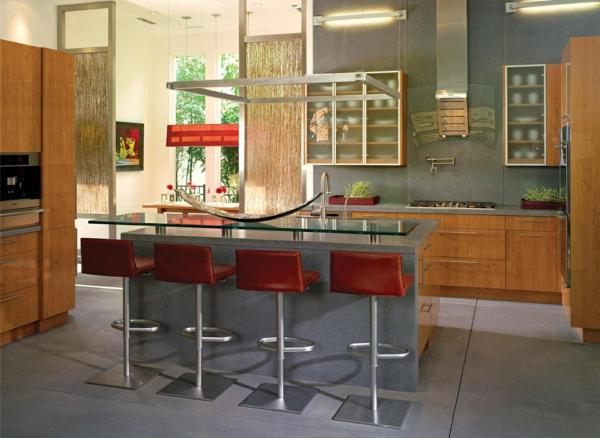 elegante-rote-barhocker-neben einem modernen kochinsel in einer luxuriösen küche