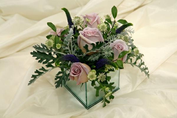 elegante-tischdeko-mit-blumen-helle-rosen