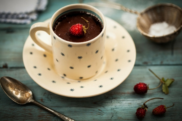 elegante-vintage-tasse-mit-schokolade-mir einer kleinen erdbeere