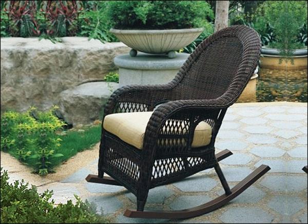 eleganter-schaukelstuhl-aus-rattan-draußen stellen