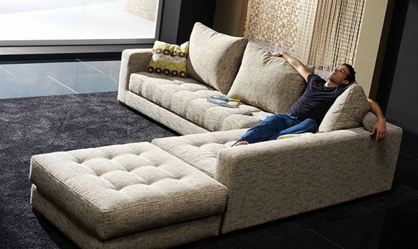 elegantes-modell-vom-sofa-im-heimkino- ein junger mann sitzt darauf