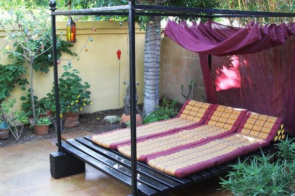 elegantes-outdoor-bett-super-look-vorhängen in lila