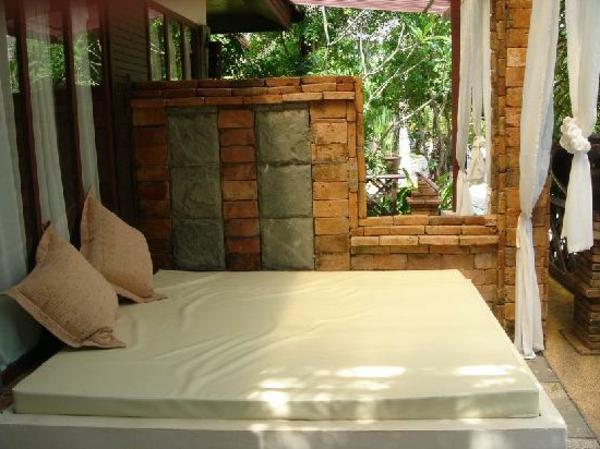 elegantes-outdoor-bett-weiße gardinen und kissen