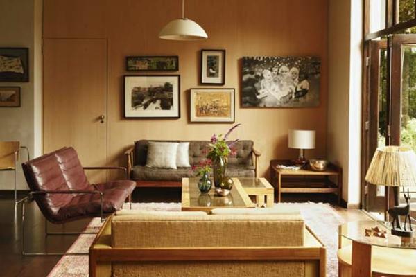 elegantes-wohnzimmer-einrichten-weicher teppich und viele bilder an der wand