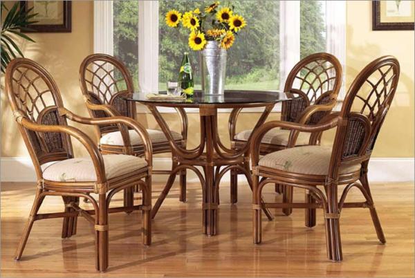 esszimmerstühle-aus-rattan/ vase mit sonnenblumen