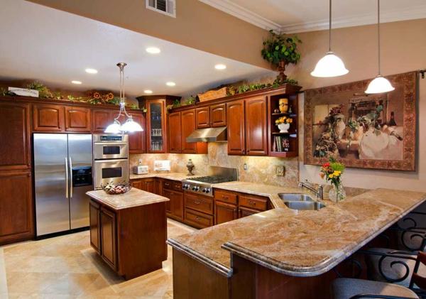 extravagante-gestaltung-arbeitsplatte-aus-naturstein-für-die-küche-schöne deckenleuchten