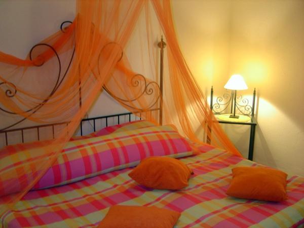 farbe-orange-Schlafzimmer-orange-gardinen