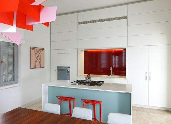 farbige-Designs-spüle-rot-blau-weiß-küche-zwei-rote-barhocker-kochinsel und schränke in weiß