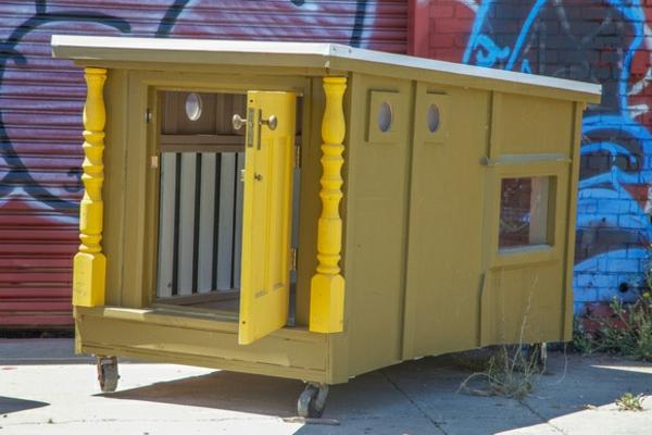 gelbes-mobiles-haus-aus-müll-machen-super modell