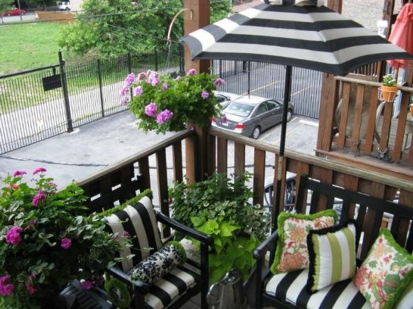 gemütlichen-balkon-aus-holz-gestalten- schöne blumen