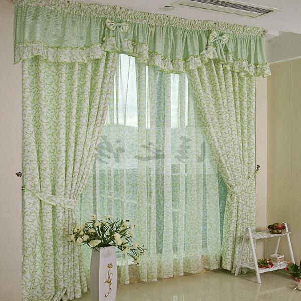 grüne-durchsichtige-schlafzimmer gardinen-schöne blumen daneben